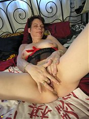Mature housewife loves to play with herself