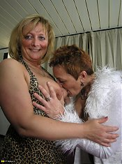These mature lesbians love eating out